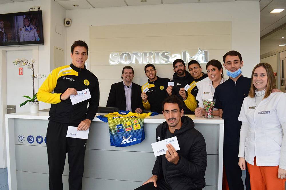 El equipo de balonmano Villa de Aranda visita Sonrisalud