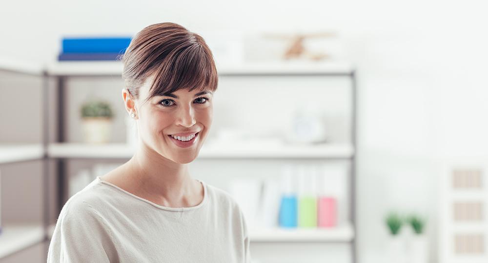 Chica con una sonrisa bonita gracias a tratamientos de estética dental con diseño digital de la sonrisa, para tener una sonrisa bonita en Sonrisalud