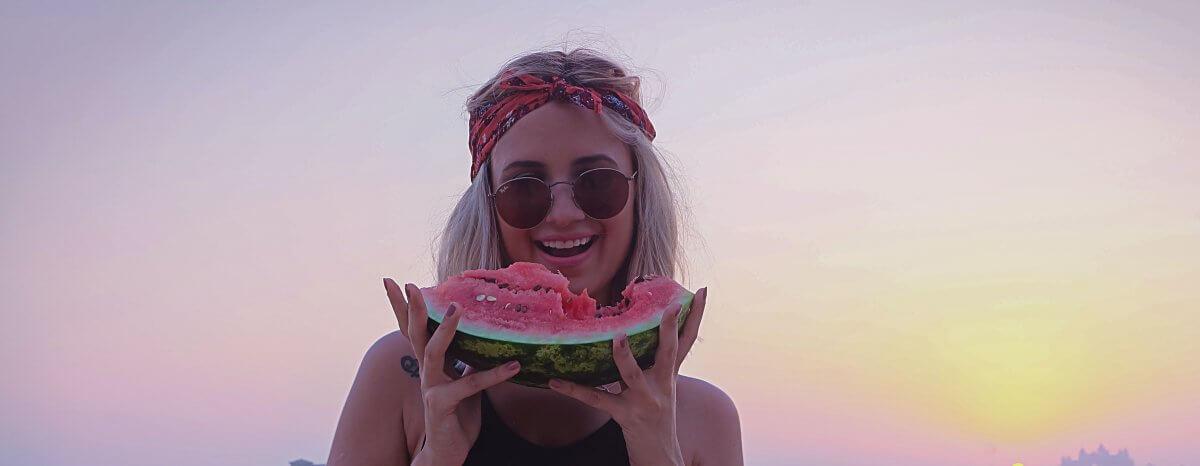 Los 5 alimentos que cuidan tus dientes en verano